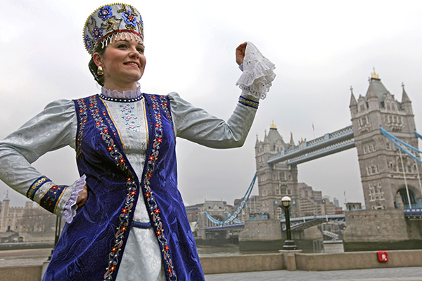 Женщина в национальном костюме у Тауэрского моста