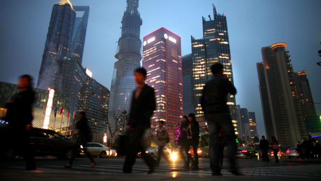 Люди на улице в городе Шанхай