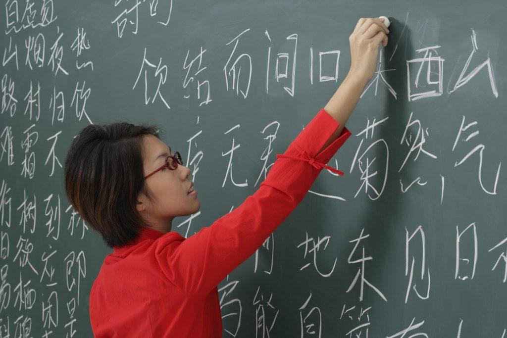Учитель пишет на доске