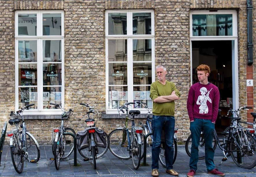 Бельгийцы у стоянки велосипедов