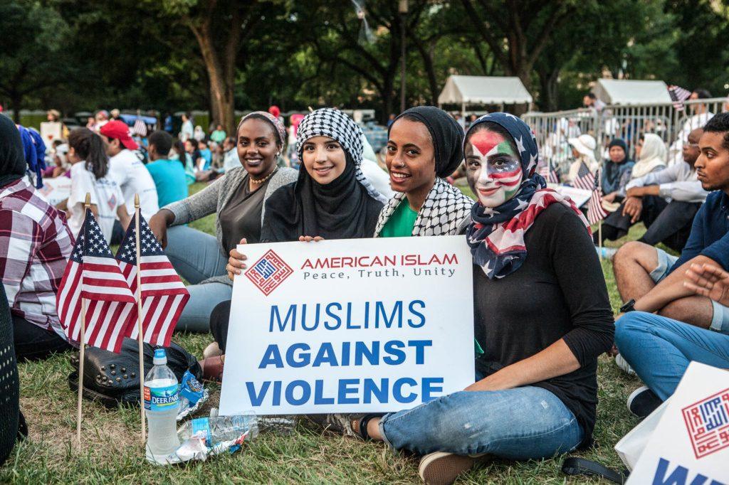 Беженки в США с плакатом