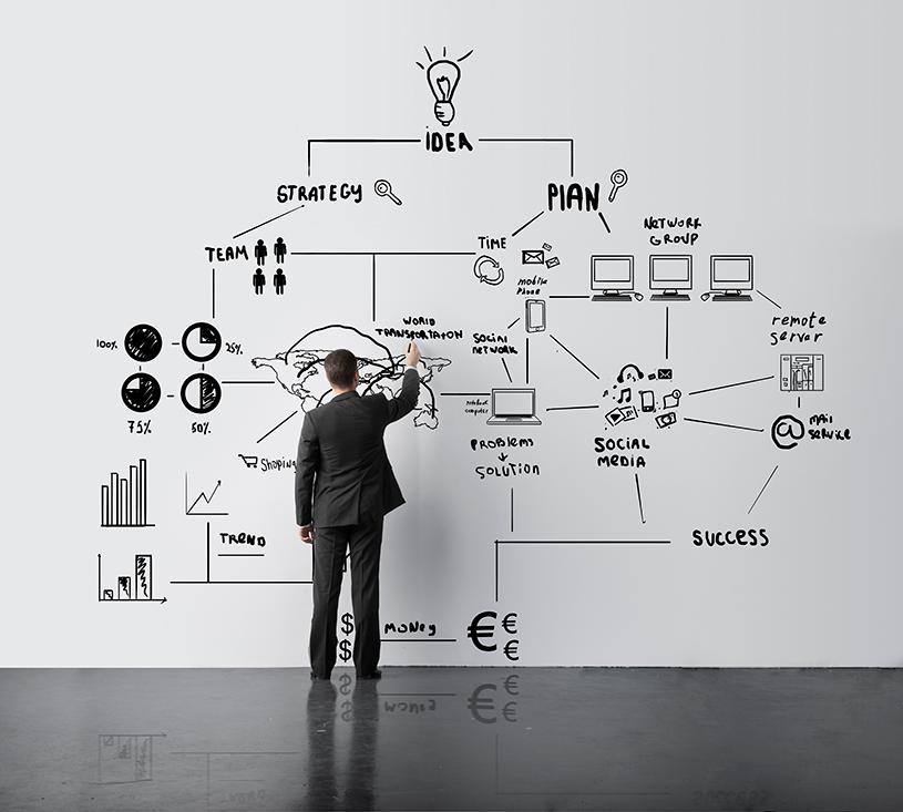 Человек рисует схему бизнеса