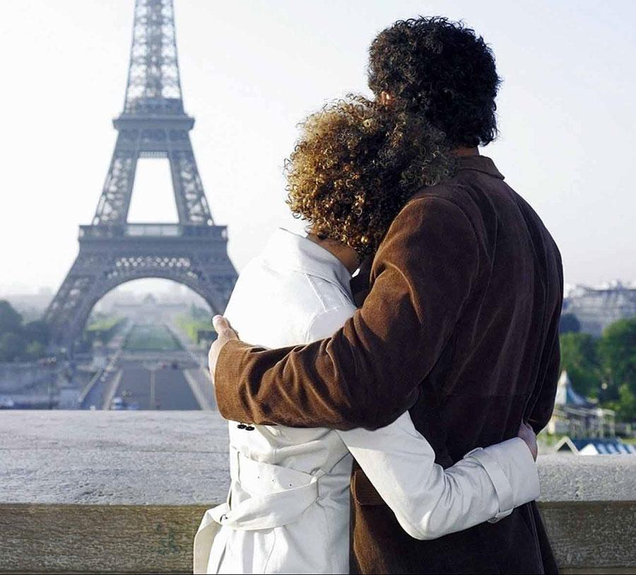 Влюблённая пара и Эйфелева башня