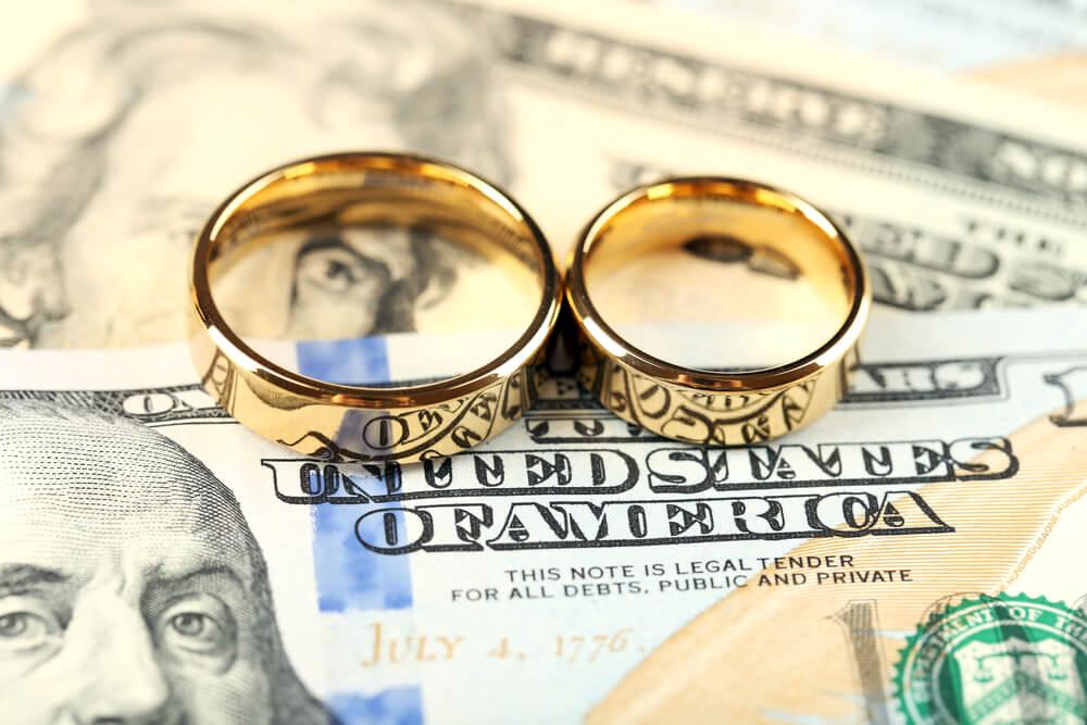Обручальные кольца на фоне доллара