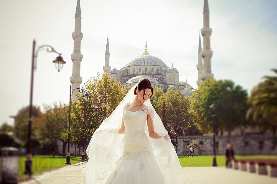Невеста на фоне главной мечети Стамбула