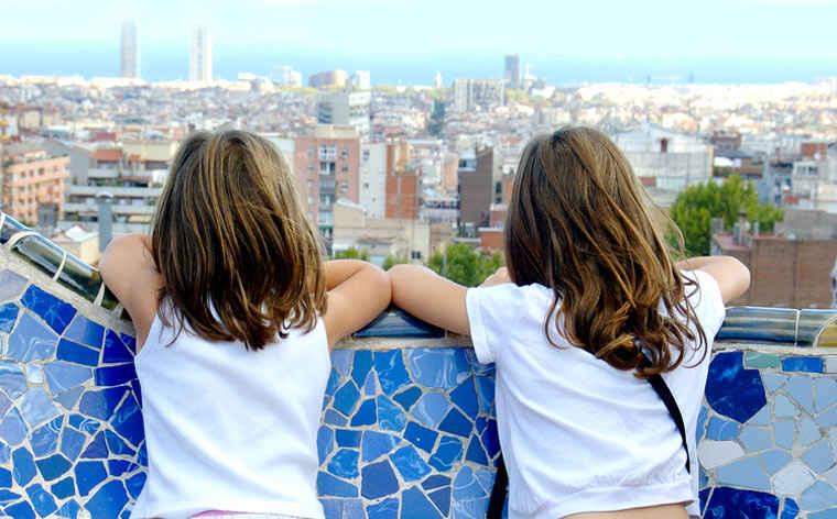 дети осматривают Барселону