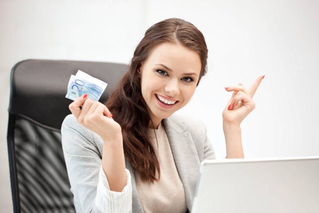 Девушка за компьютером с евро