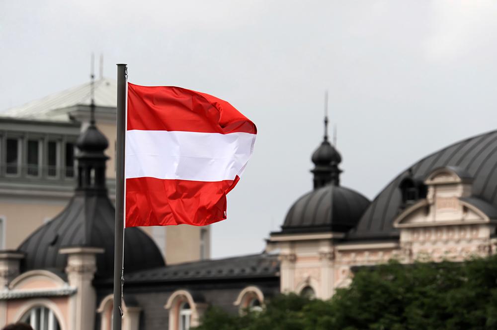 Флаг Австрии над городом