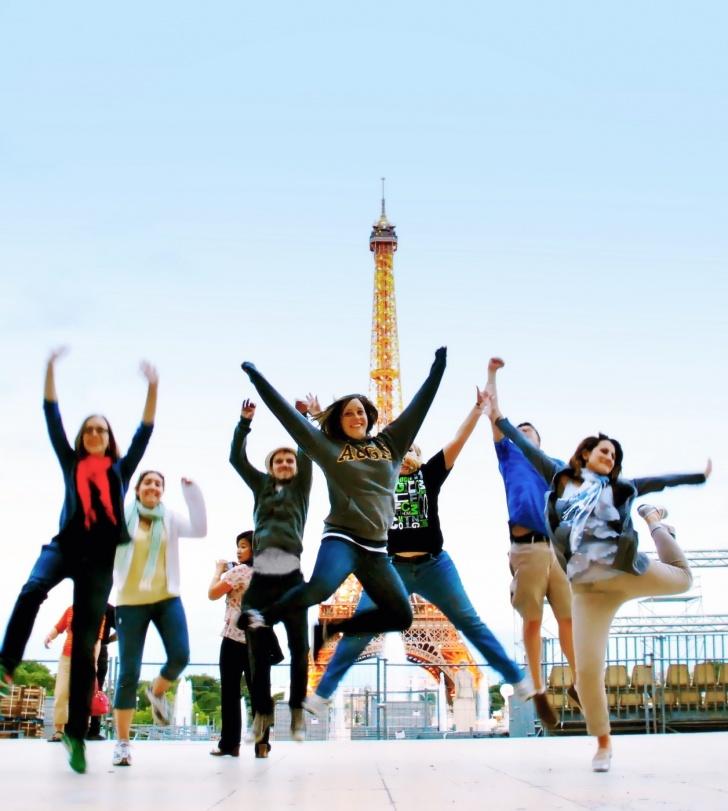 Студенты фотографируются на фоне Эйфелевой башни