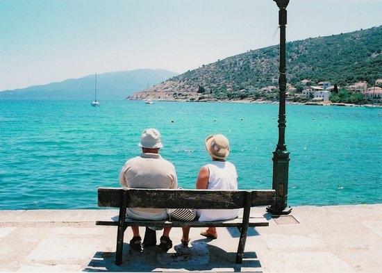 Пожилая пара на пирсе