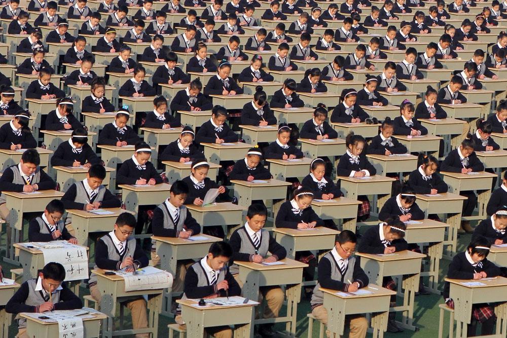 Китайские ученики сдают экзамен