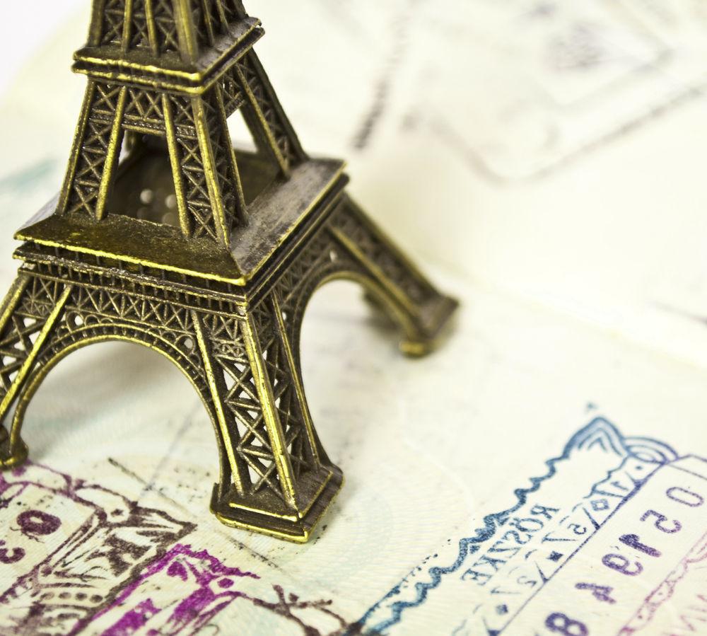 Маленькая Эйфелева башня и марки