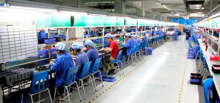 Работники в производственном помещении