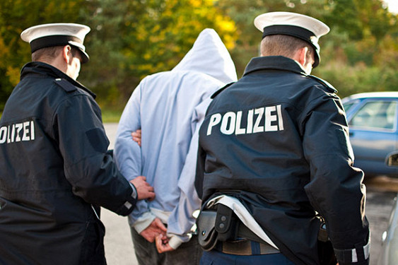 Полицейские и задержанный