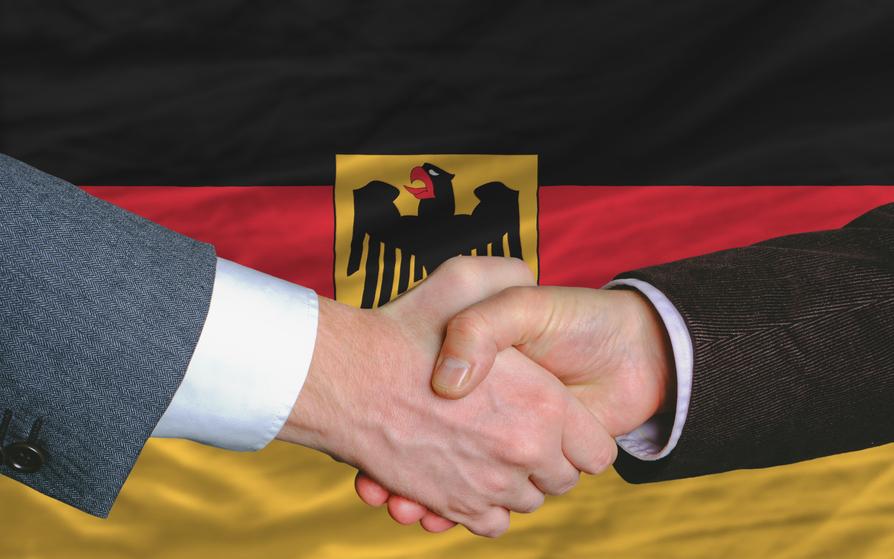 Рукопожатие на фоне флага ФРГ