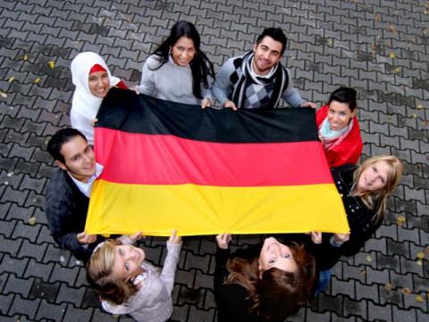 Люди с флагом ФРГ