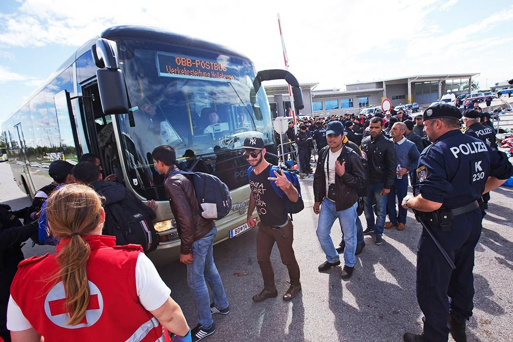 Полиция контролирует посадку беженцев в автобус