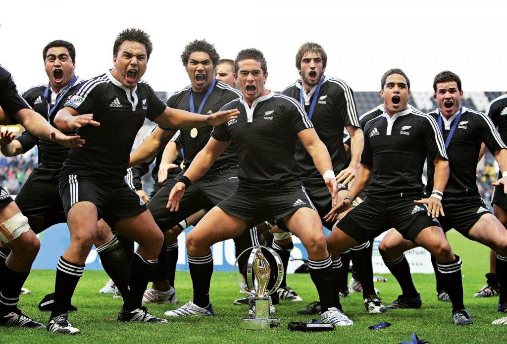 Новозеландские футболисты с кубком