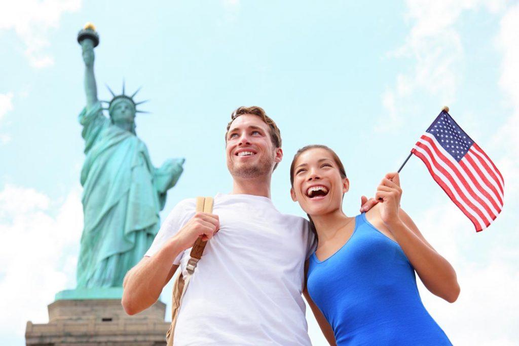 парень с девушкой на фоне Статуи Свободы