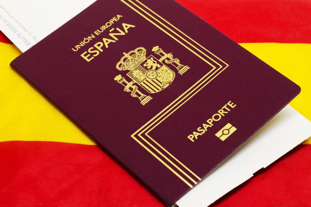 паспорт гражданина Испании на фоне испанского флага