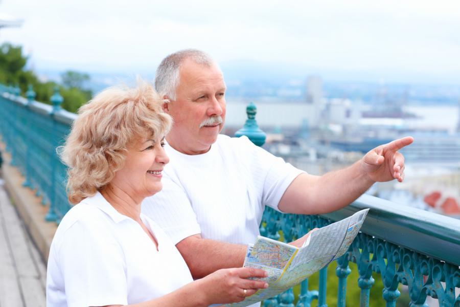 Пенсионеры рассматривают город