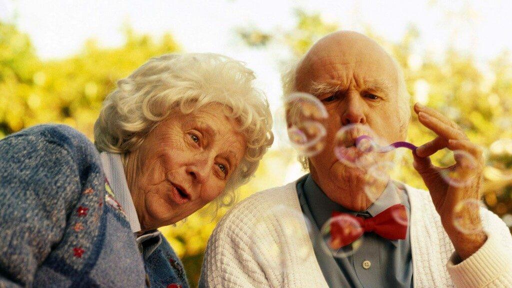 Пенсионер пускает мыльные пузыри