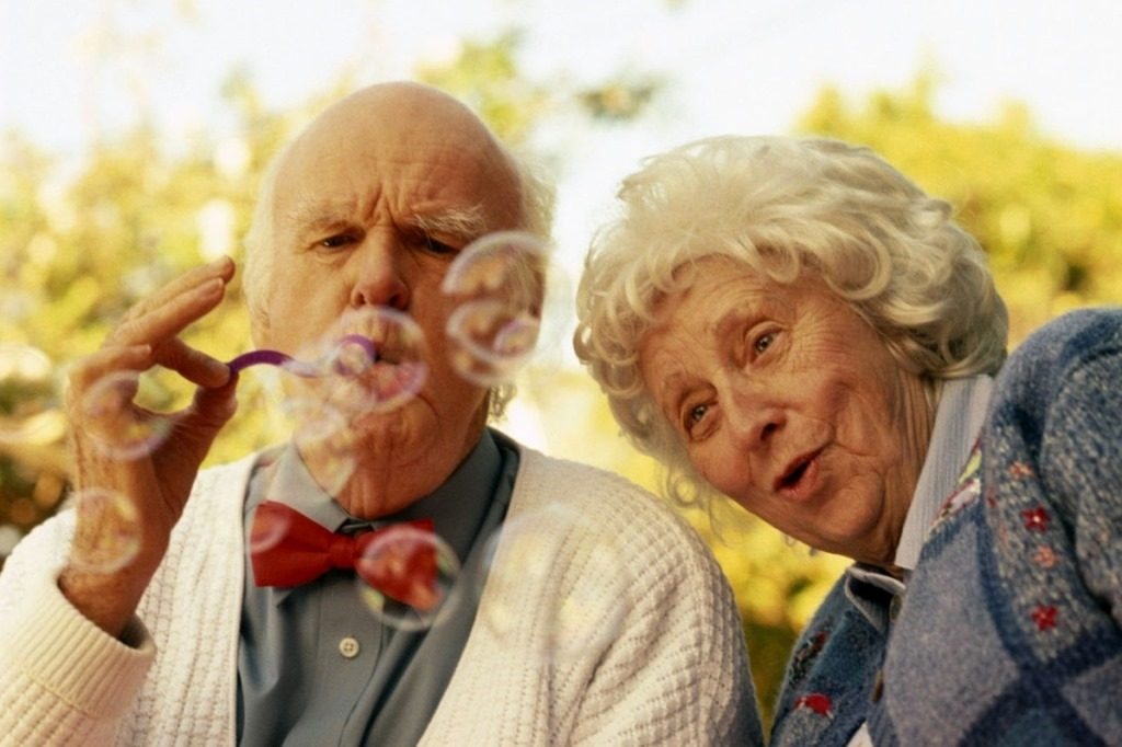 Пенсионеры надувают мыльные пузыри