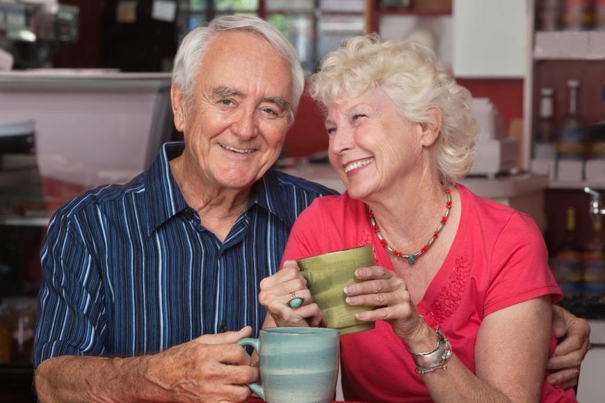 Пенсионеры пьют чай в обнимку