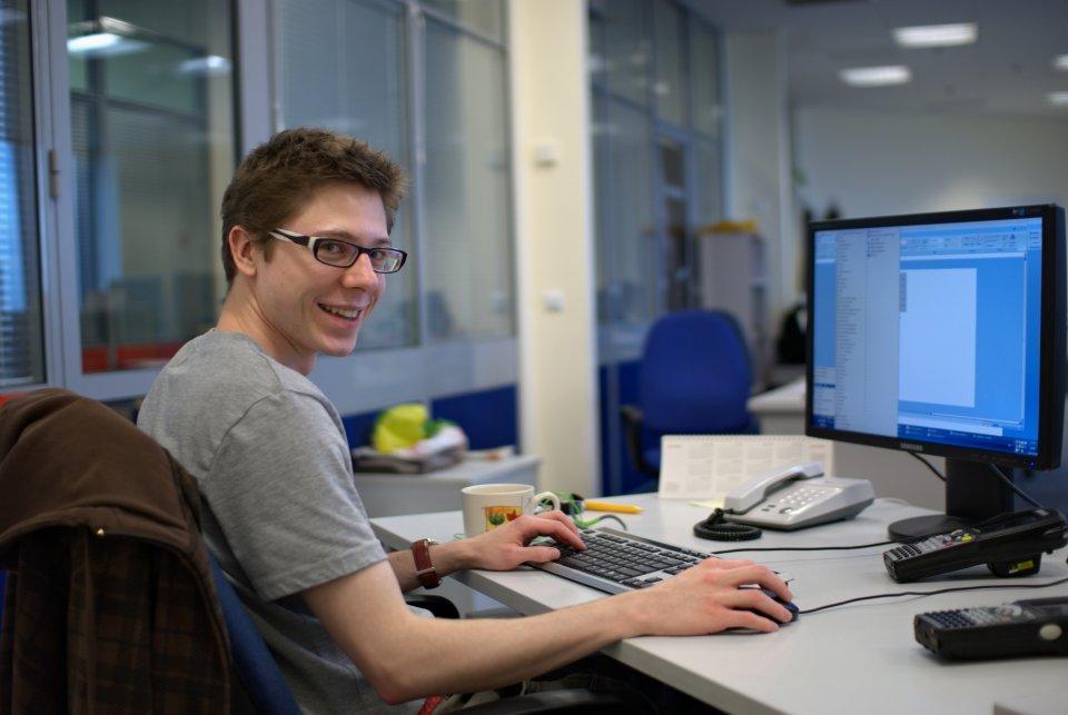 Программист работает за компьютером