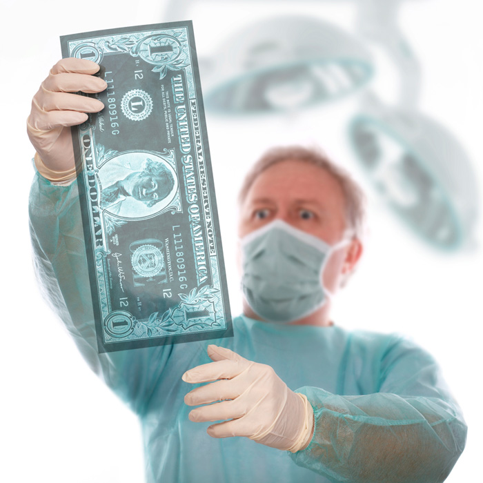 Врач рассматривает рентгеновский снимок доллара