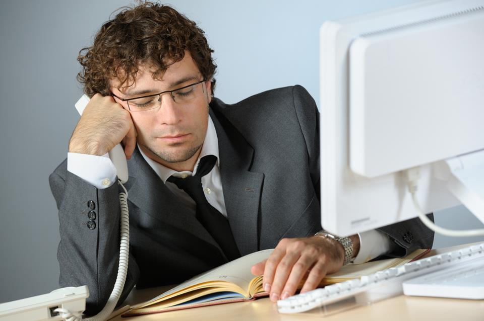 Офисный работник за компьютером