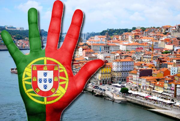 Рука с флагом Португалии