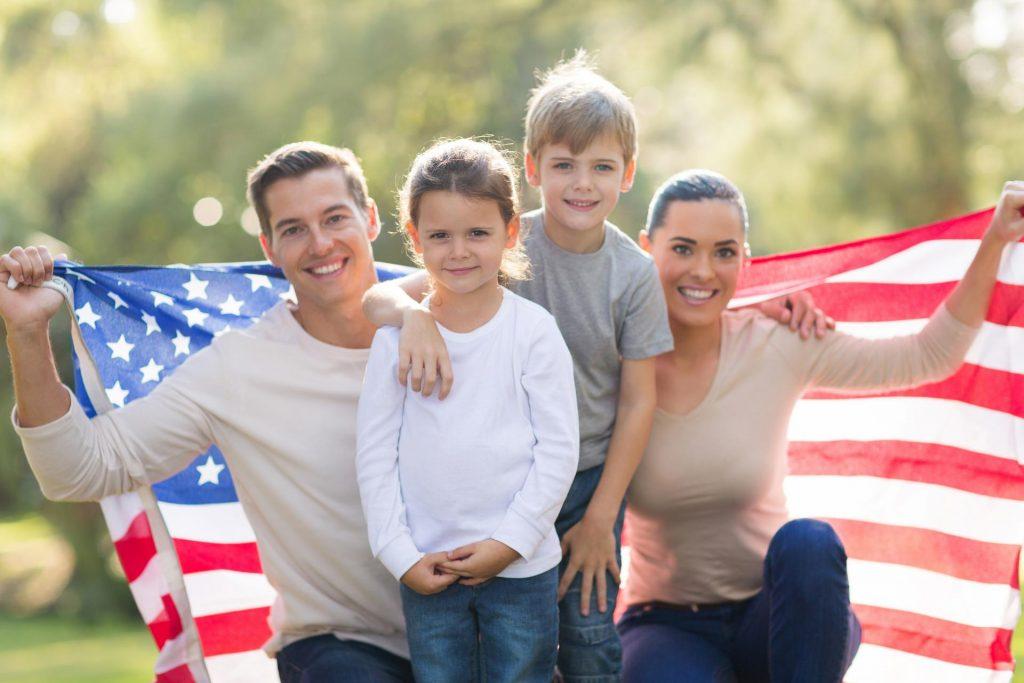 Семья под американским флагом