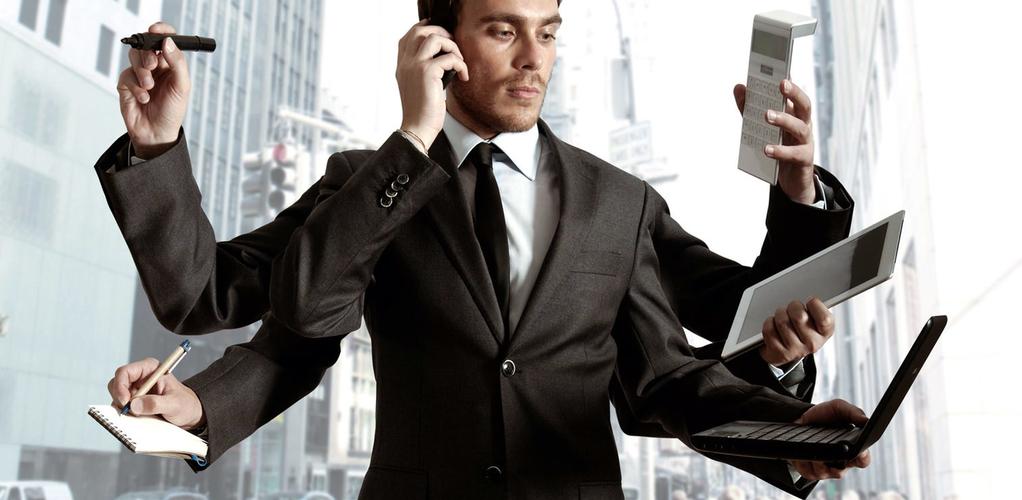Мужчина в костюме, выполняющий одновременно много задач