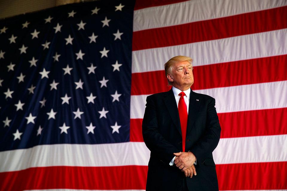 Дональд Трамп на фоне американского флага