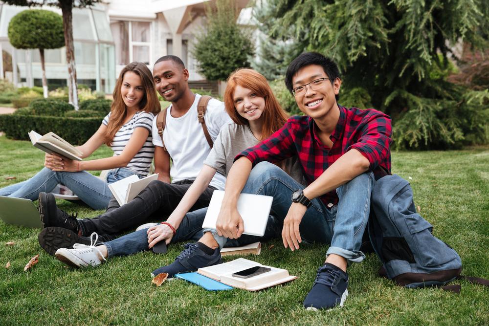 Студенты на лужайке