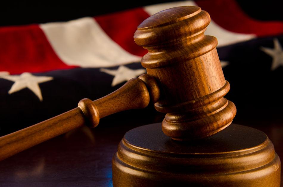 Судейский молоток и флаг США