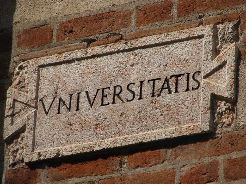 Вывеска университета