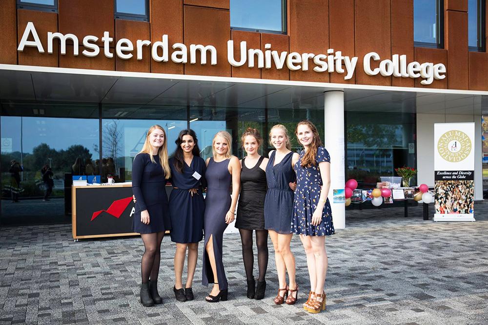 Студентки на фоне университета Амстердама