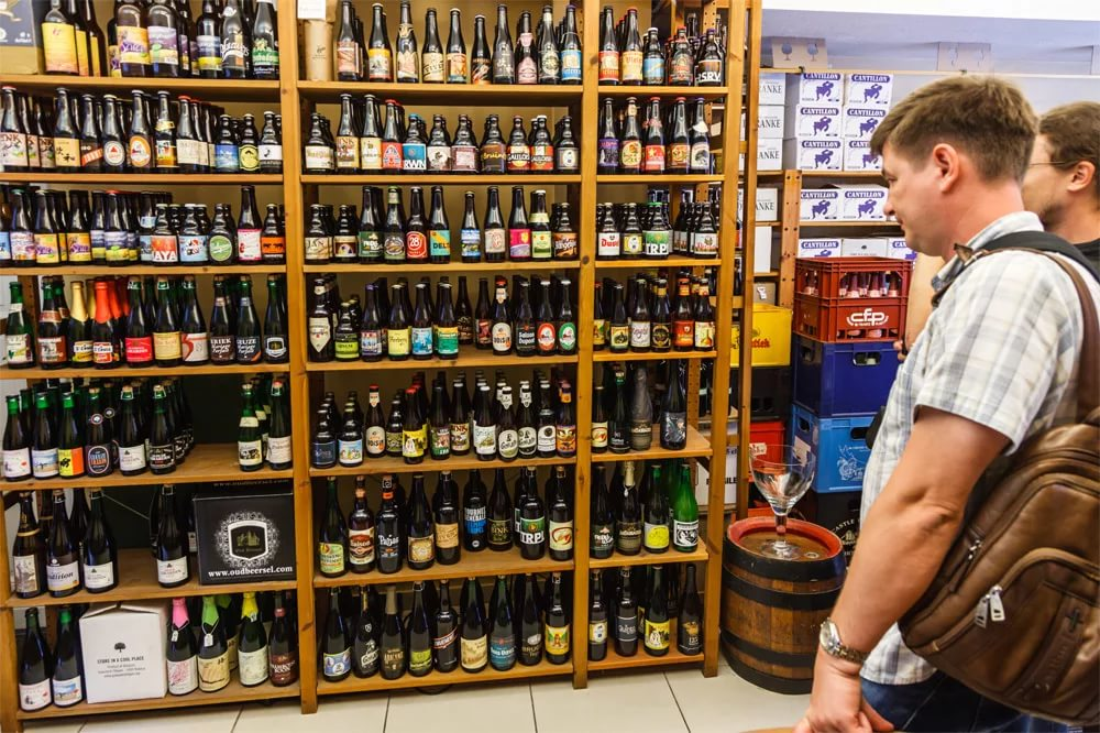 Покупатель у прилавка с пивом