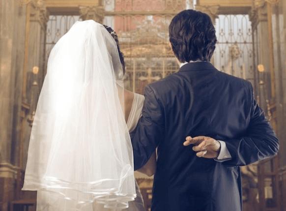 жених с невестой в церкви