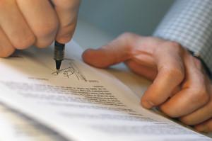 Прежде чем вступить в наследство, надо найти нотариуса, у которого хранится заветное завещание
