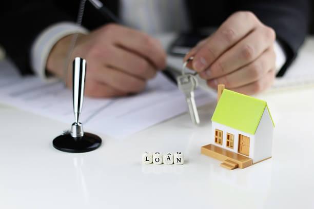 Игрушечный домик и ключи в руках