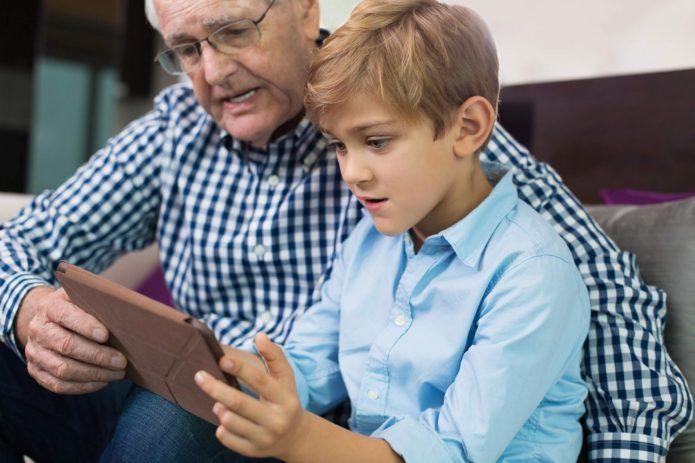 Дед с внуком смотрят фото