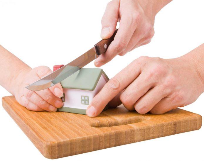 Домик разрезают ножом