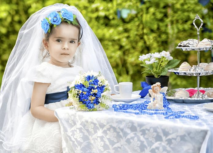 Маленькая девочка в свадебном платье