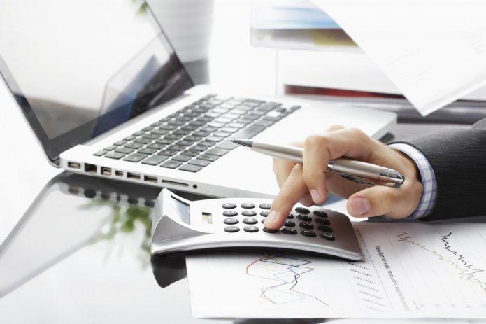 Ноутбук и калькулятор на столе