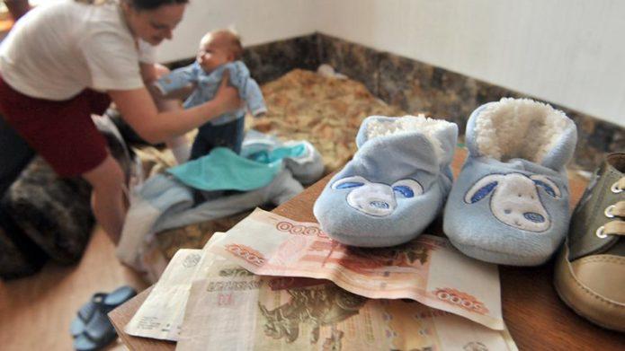 мама с ребёнком и деньги