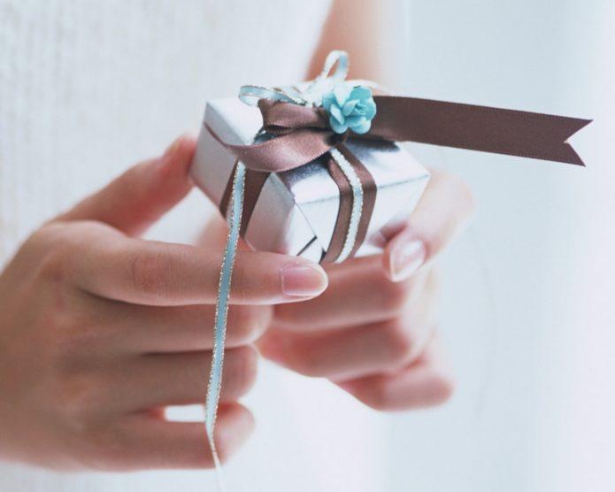 Коробочка с подарком в руках