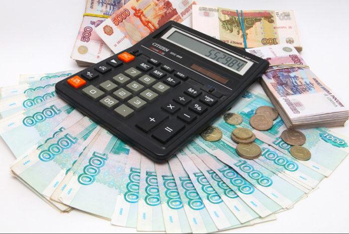 Калькулятор и пачка денег